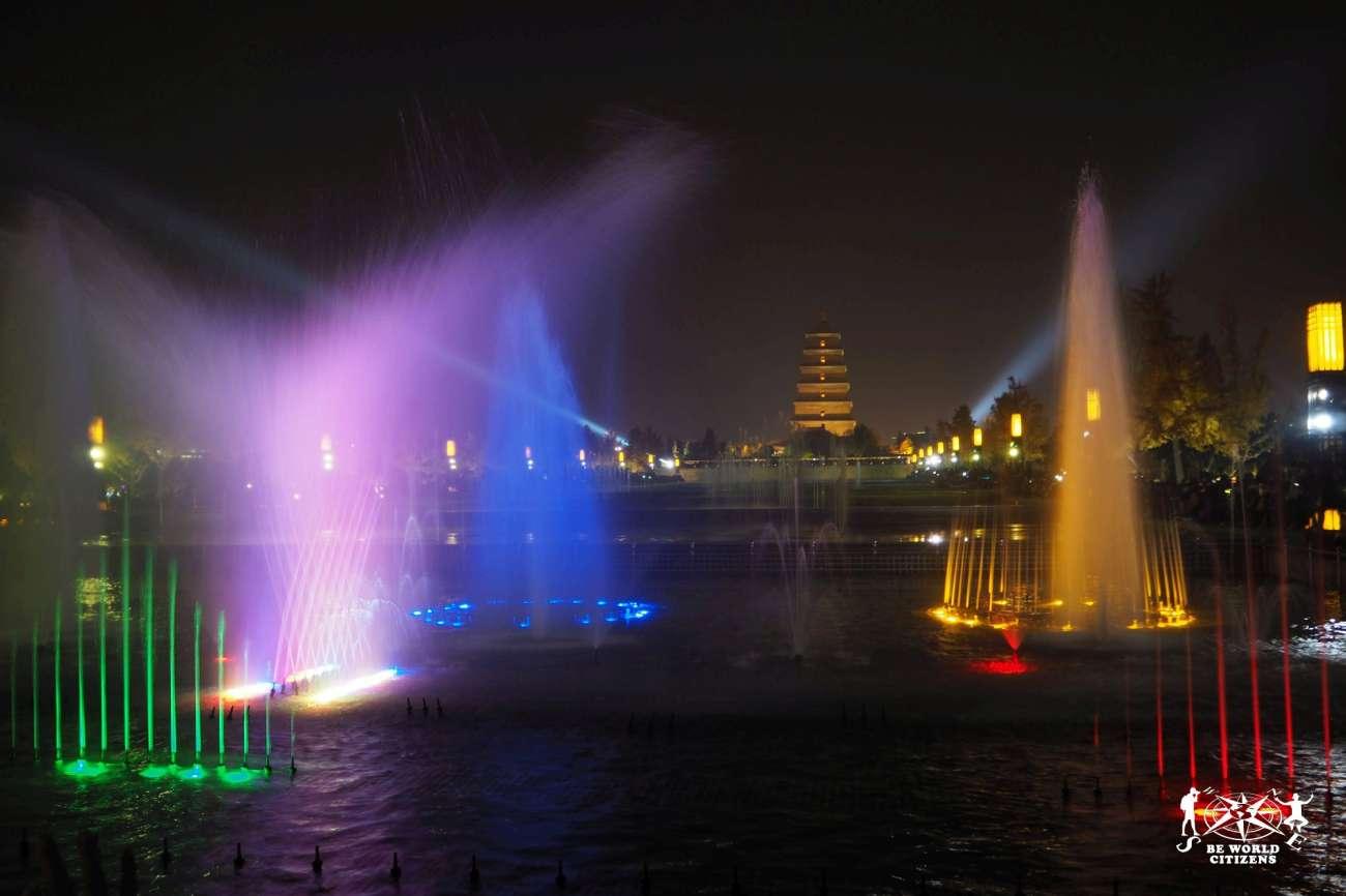 Cina: Spettacolo delle fontande davanti alla Pagoda dell\'Oca Selvatica