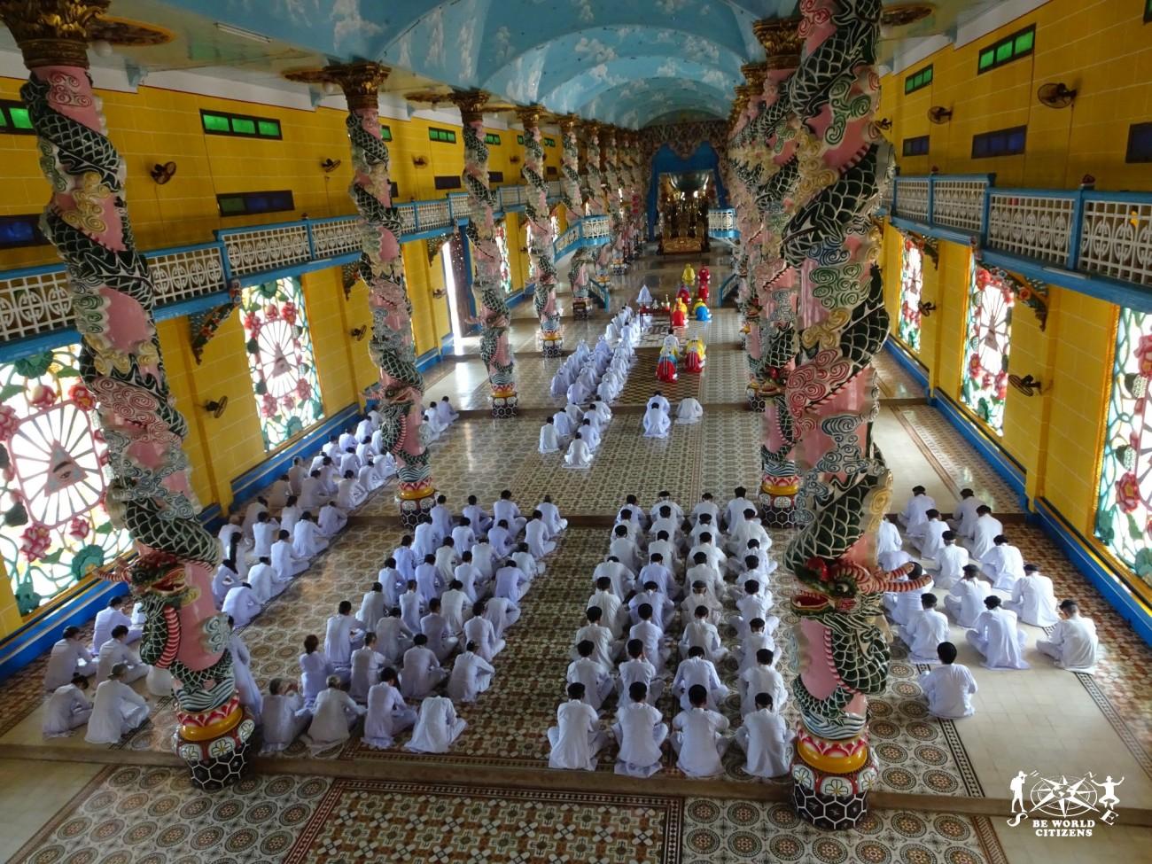 In preghiera al Cao Dai Temple