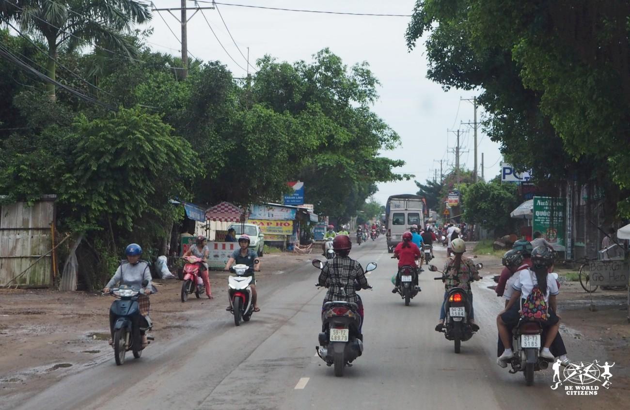 Motorini sfrecciano in periferia ad Ho Chi Minh