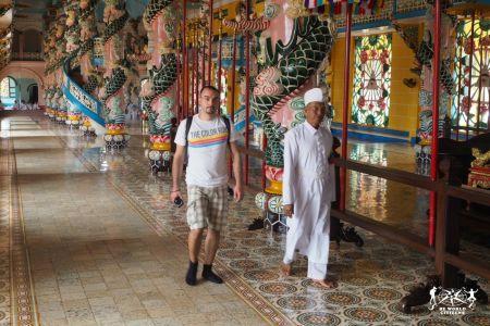 Lungo i corridoi del Cao Dai Temple