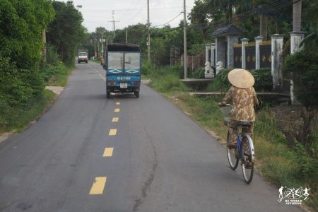 Ciclisti lungo le strade della periferia di Ho Chi MInh