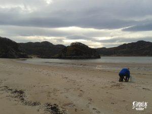 Scozia. A raccogliere conchiglie su una spiaggia deserta sul mare del nord con il mio terzo host scozzese