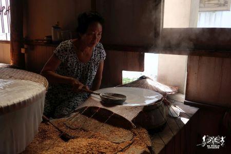 Fogli di riso in preparazione sul Delta del Mekong