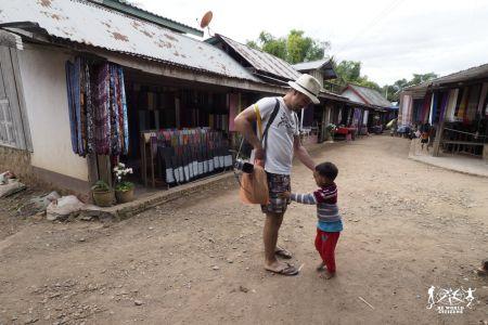 Laos: Luang Prabang - Bimbo al Whiskey Village